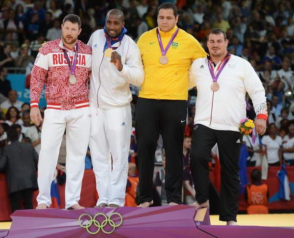 奥运图:男柔法国摘金 领奖台上