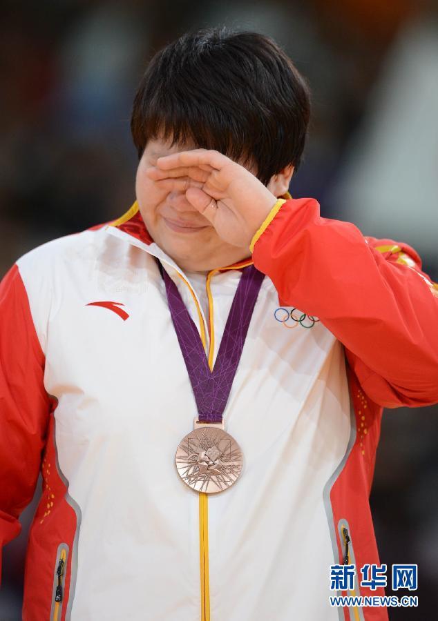 2012年8月3日,佟文获得女子柔道78公斤以上级铜牌。图为,中国选手佟文在2012年伦敦奥运会柔道女子78公斤比赛中获得铜牌。 这是佟文在颁奖仪式上。新华社记者 吴晓凌