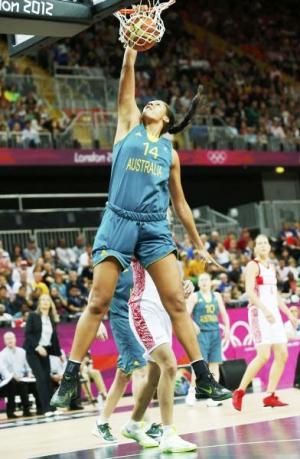 澳大利亚和俄罗斯在昨天下午进行了一场女篮小组赛,令所有人都感到意外的是,澳大利亚队的队员竟然在比赛中完成了一次扣篮。