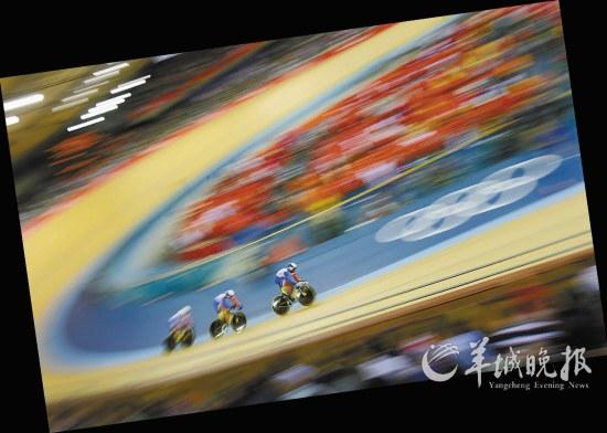 自行车男子团体竞速决赛场景 新华社记者 李尕 摄