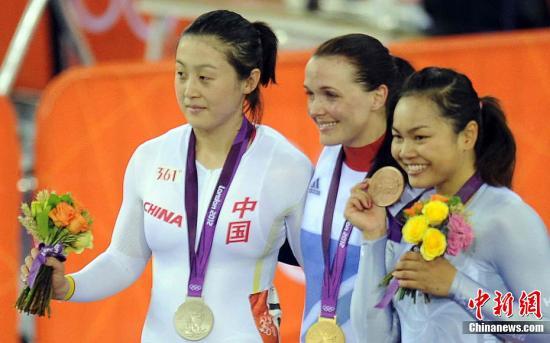 当地时间8月3日,伦敦奥运会女子场地自行车凯琳赛决赛中,英国美女车手彭德尔顿夺得冠军,中国选手郭爽获得银牌(左),中国香港车手李慧诗摘得铜牌(右)。Osport全体育图片社