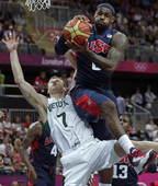 奥运图:梦之队迎战立陶宛 詹姆斯摘下篮板