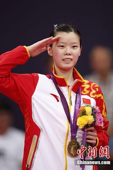 当地时间8月4日,伦敦奥运会羽毛球女单决赛,中国选手李雪芮2-1击败队友王仪涵夺得金牌。这是中国代表团在本次奥运会上获得的第21枚金牌。图为李雪芮敬礼致意。记者 盛佳鹏 摄