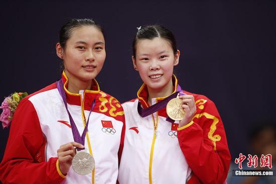 当地时间8月4日,伦敦奥运会羽毛球女单决赛,中国选手李雪芮2-1击败队友王仪涵夺得金牌。这是中国代表团在本次奥运会上获得的第21枚金牌。图为李雪芮(右)与王仪涵合影。记者 盛佳鹏 摄
