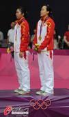 奥运图:羽球女双颁奖仪式 聆听国歌