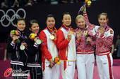 奥运图:羽球女双颁奖仪式 前三名