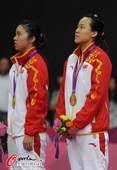 奥运图:羽球女双颁奖仪式 认真听国歌