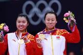 奥运图:羽球女双颁奖仪式 手捧鲜花