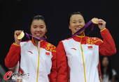 奥运图:羽球女双颁奖仪式 展示金牌