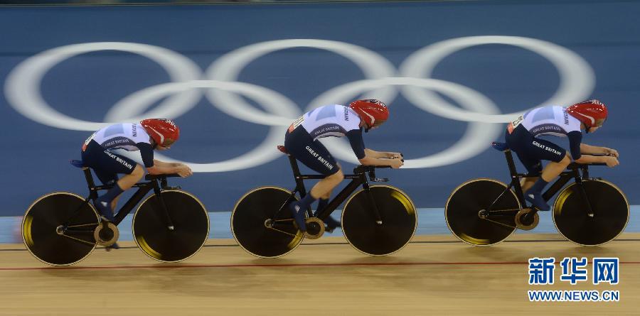 8月4日,英国队队员在比赛中。当日,在伦敦奥运会女子场地自行车团体追逐赛中,英国队以3分14秒051的成绩夺冠,并打破世界纪录。新华社记者李尕摄