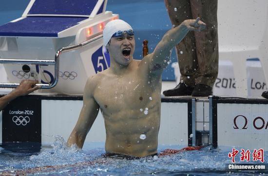 当地时间8月4日,2012伦敦奥运会男子1500米自由泳决赛,中国选手孙杨以14分31秒02的成绩夺得冠军,这也是中国代表团本届奥运会上取得的第24枚金牌。图为孙杨庆祝胜利。记者 廖攀 摄