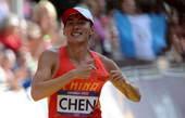 奥运图:陈定20公里竞走夺冠 指指衣服上的国旗