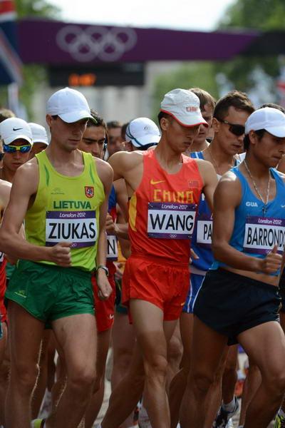 奥运图:陈定20公里竞走夺冠 比赛瞬间