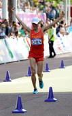 奥运图:陈定20公里竞走夺冠 举拳庆祝