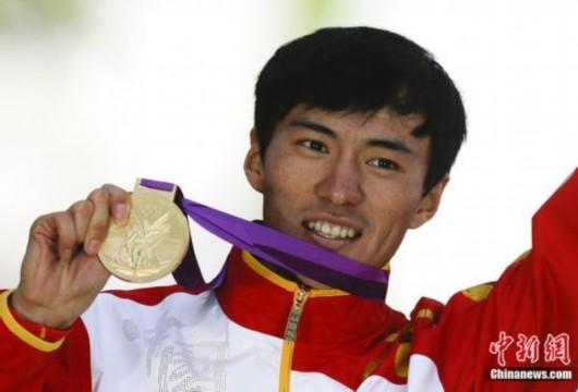 当地时间8月4日,在伦敦奥运会男子20公里竞走决赛中,中国选手王镇摘得一枚铜牌,另一位中国选手陈定夺金。图为陈定登台领奖。图片来源:东方IC 版权作品 请勿转载
