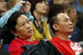 奥运图:何雯娜父母观战为女儿加油 专注比赛
