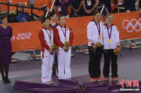 当地时间8月2日,伦敦奥运会场地自行车女子团体争先赛,郭爽和宫金杰领衔的中国女队以32.619秒的成绩获得银牌。图为中国选手登台领奖。记者 廖攀 摄