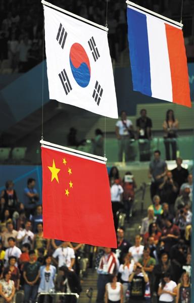 7月30日,在伦敦奥运会男子200米自由泳决赛中,中国选手孙杨和韩国选手朴泰桓并列亚军,颁奖仪式上升国旗,此事一度成为话题。