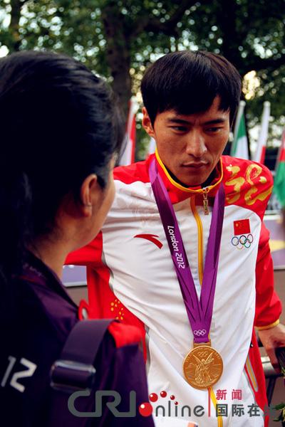陈定夺冠后接受媒体采访。