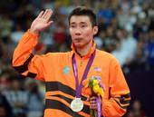 奥运图:林丹卫冕微笑手举金牌 亚军李宗伟