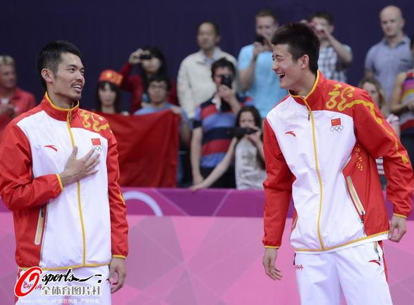 奥运图:林丹卫冕微笑手举金牌 林丹和谌龙