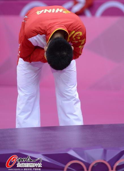 奥运图:林丹卫冕微笑手举金牌 鞠躬谢观众