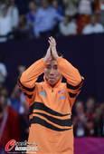 奥运图:林丹卫冕微笑手举金牌 鼓掌感谢观众