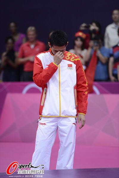 奥运图:林丹卫冕微笑手举金牌 胜利的喜悦