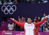 奥运图:林丹卫冕微笑手举金牌 提高产内气氛