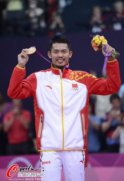 奥运图:林丹卫冕微笑手举金牌 金牌得主林丹