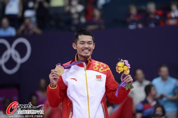 奥运图:林丹卫冕微笑手举金牌 笑得合不拢嘴