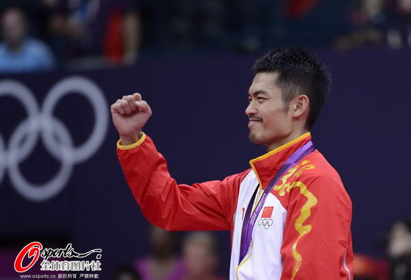 奥运图:林丹卫冕微笑手举金牌 霸气十足