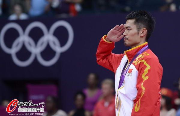 奥运图:林丹卫冕微笑手举金牌 敬军礼谢观众