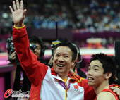 奥运图:邹凯成功卫冕  向观众示意