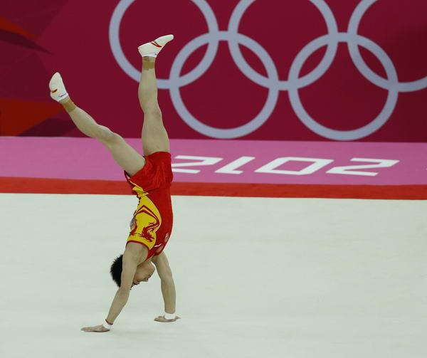 奥运图:邹凯成功卫冕  邹凯倒立