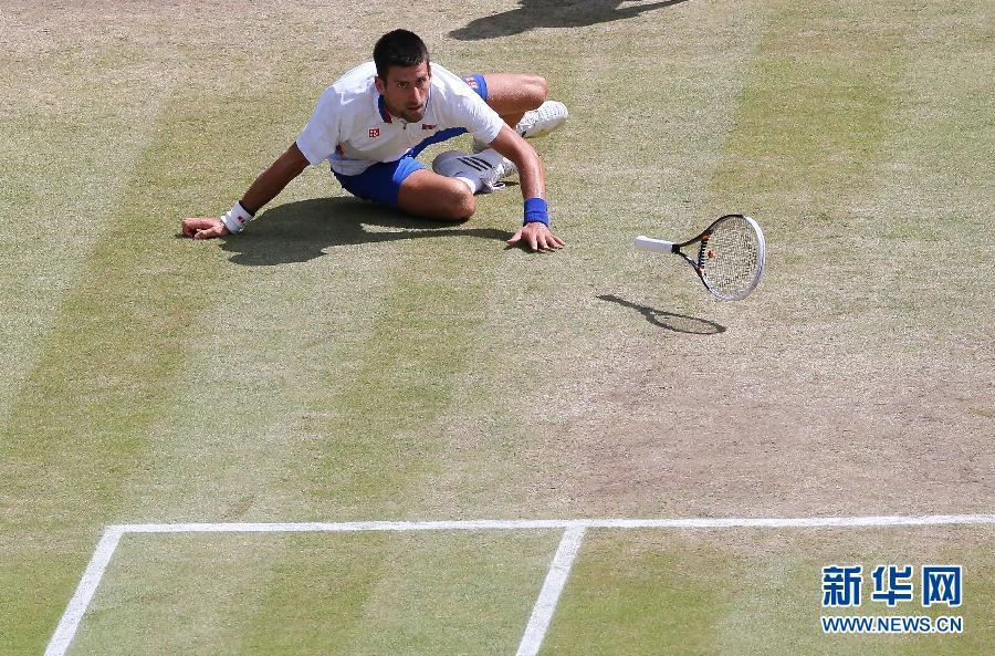 8月5日,焦科维奇在比赛中回球。当日,在2012年伦敦奥运会网球男子单打铜牌争夺战中,塞尔维亚选手焦科维奇以0比2不敌阿根廷选手德尔波特罗,获得第四名。新华社记者殷刚摄