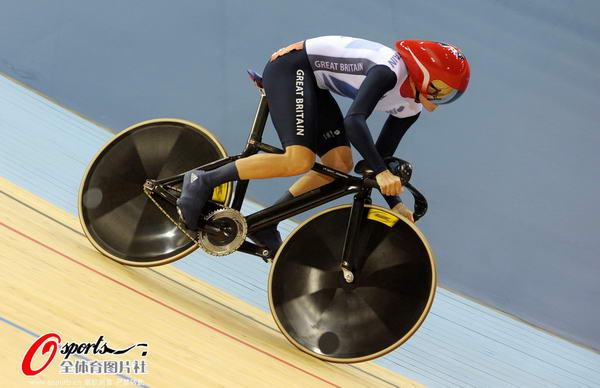奥运图:场地自行车赛竞争激烈 英国选手比赛中
