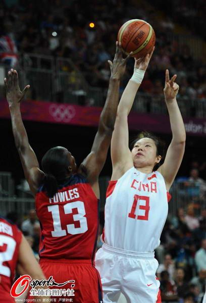 奥运图:中国女篮迎战美国队 投篮被盖