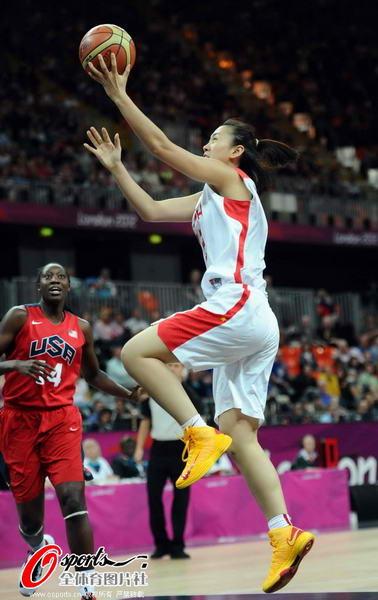 奥运图:中国女篮迎战美国队 突破上篮
