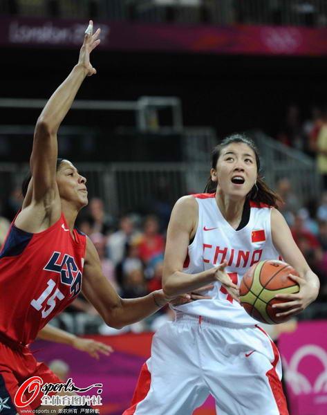 奥运图:中国女篮迎战美国队 赵爽接球