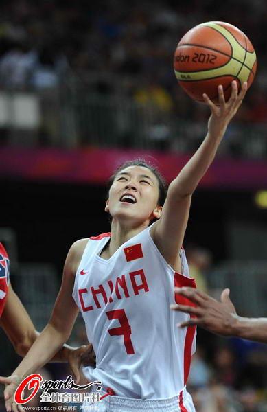 奥运图:中国女篮迎战美国队 赵爽上篮