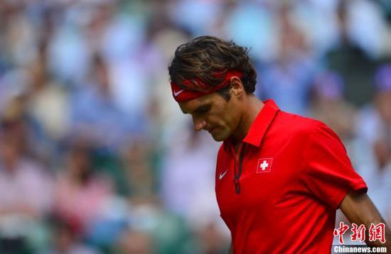 当地时间8月5日,2012年伦敦奥运会网球男子单打决赛。罗杰-费德勒0-3不敌安迪-穆雷,穆雷收获奥运金牌,费德勒获得银牌。图为费德勒。东方IC 版权作品 请勿转载