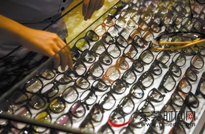 南城某眼镜店,柜台里各种款式的眼镜镜架 东莞时报记者 周天宝 实习生 李仕杰 摄