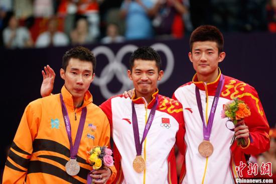 当地时间8月5日,2012年伦敦奥运羽毛球男子单打决赛,林丹苦战三局战胜李宗伟夺冠。记者 盛佳鹏 摄
