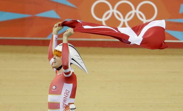奥运图:自行车全能赛汉森夺冠 展示丹麦国旗