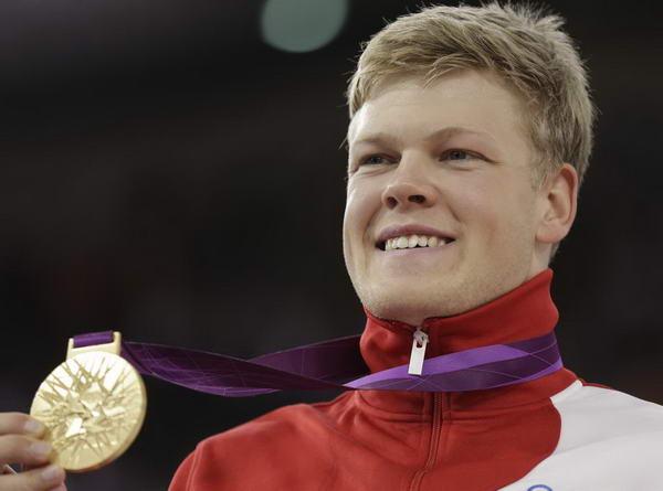 奥运图:自行车全能赛汉森夺冠 展示金牌