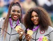 奥运图:网球女双威廉姆斯姐妹夺冠 展示金牌