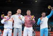 奥运图:男子摔跤74公斤级俄罗斯夺冠 领奖台上