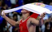 奥运图:男子摔跤74公斤级俄罗斯夺冠 庆祝夺冠