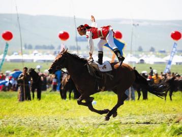 蒙古族女骑手表演单人单马特技图片